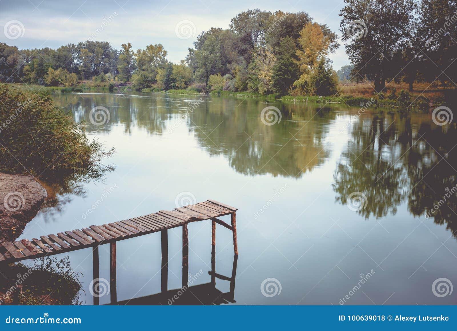 在一条镇静河的码头在夏天 木码头桥梁