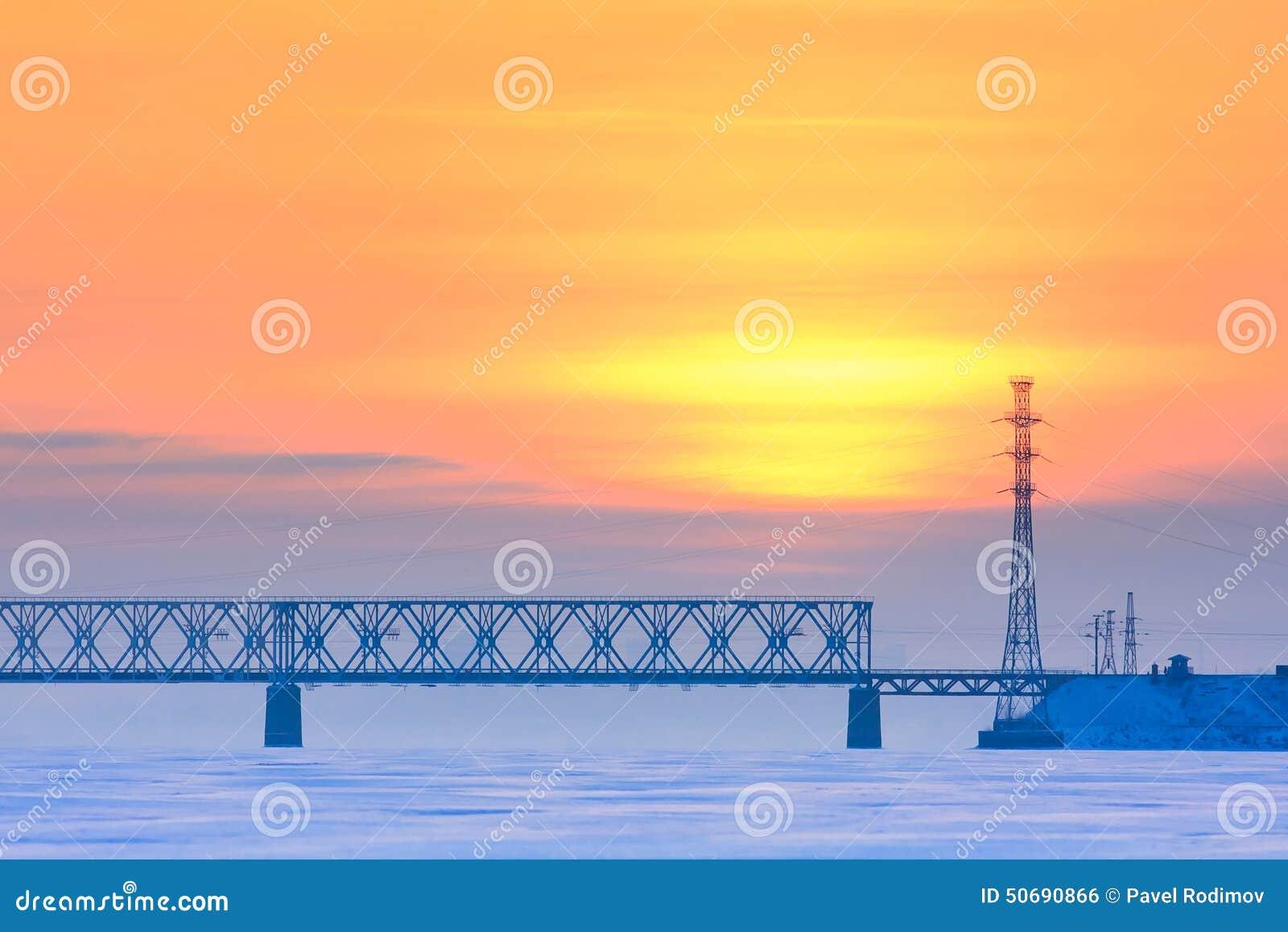 Download 在一条冻河的铁路桥 库存照片. 图片 包括有 蓝色, 本质, 贿赂, 旅行, 冬天, 冷静, 日落, 铁路 - 50690866