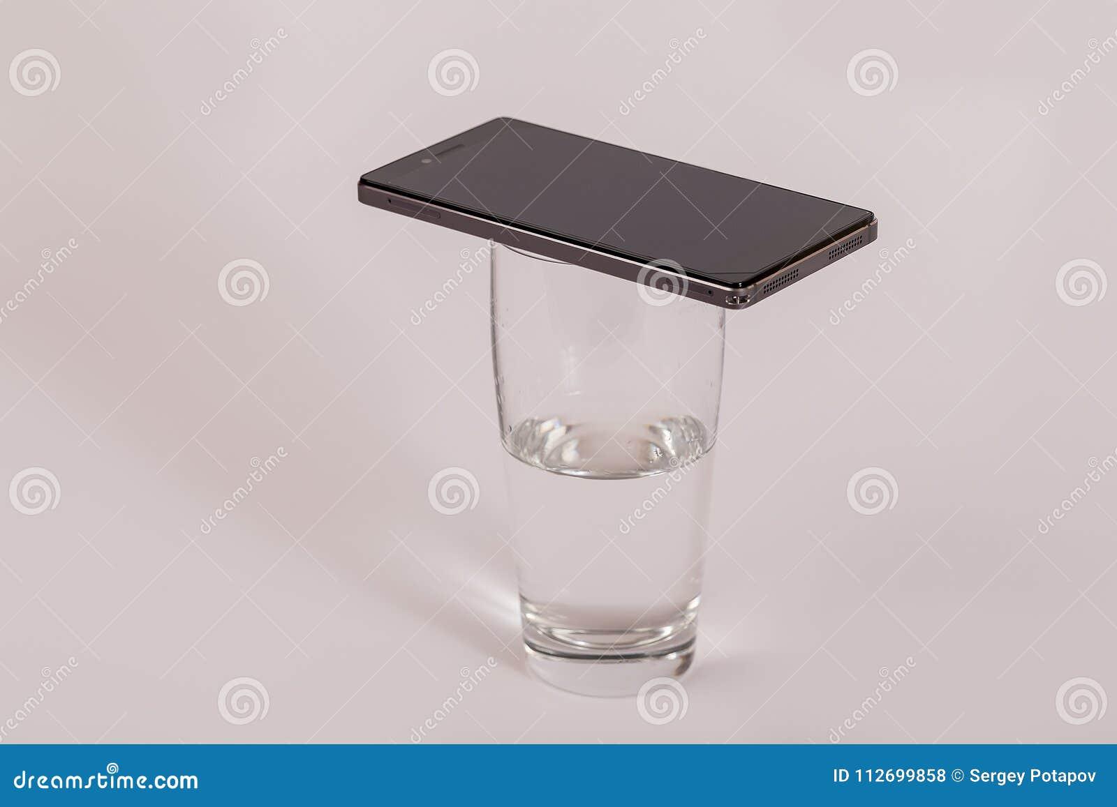 在一杯的手机水