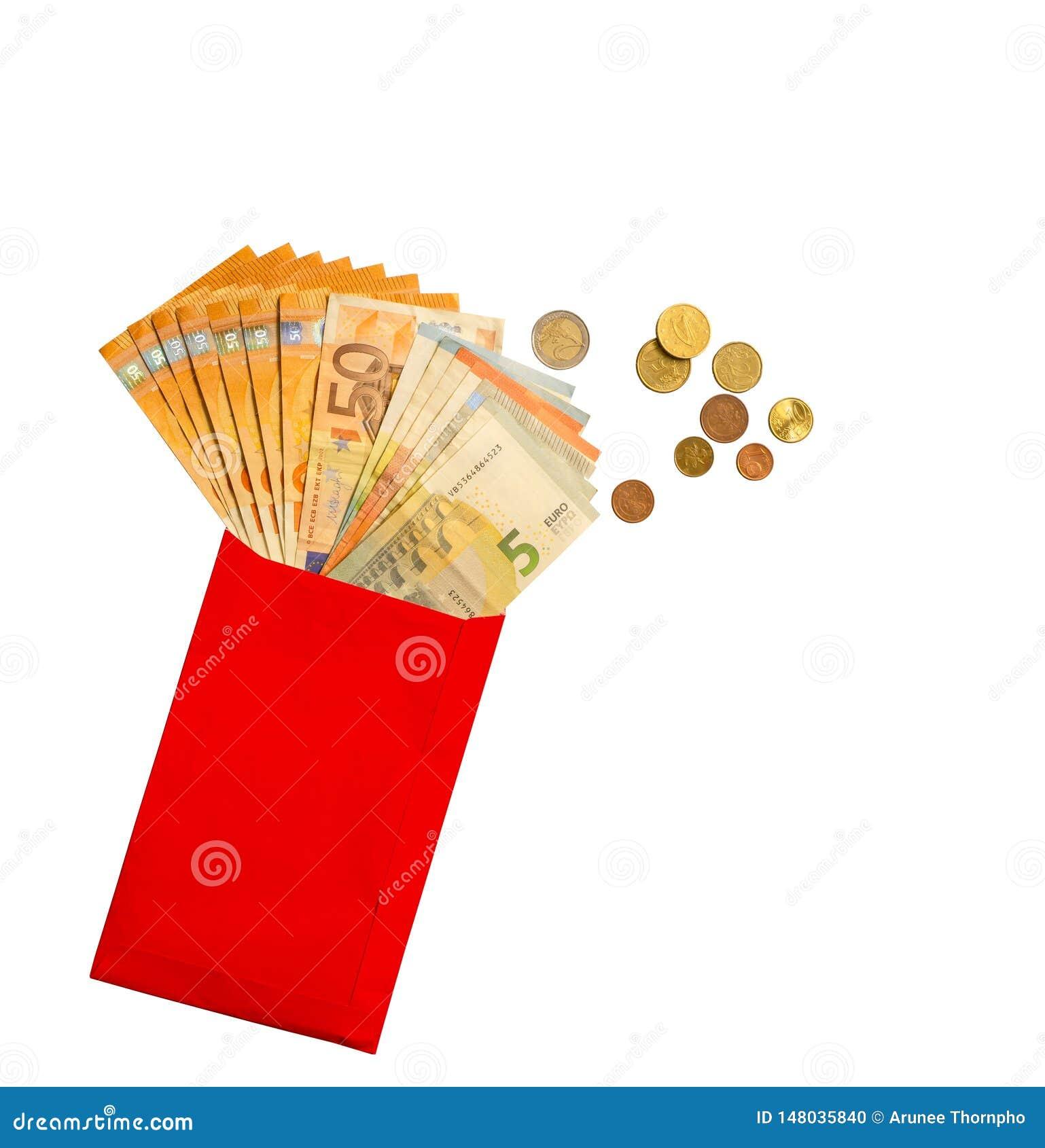 在一枚红色纸信封,金黄,银色和古铜色硬币的欧元钞票金钱,隔绝在与裁减路线的白色背景
