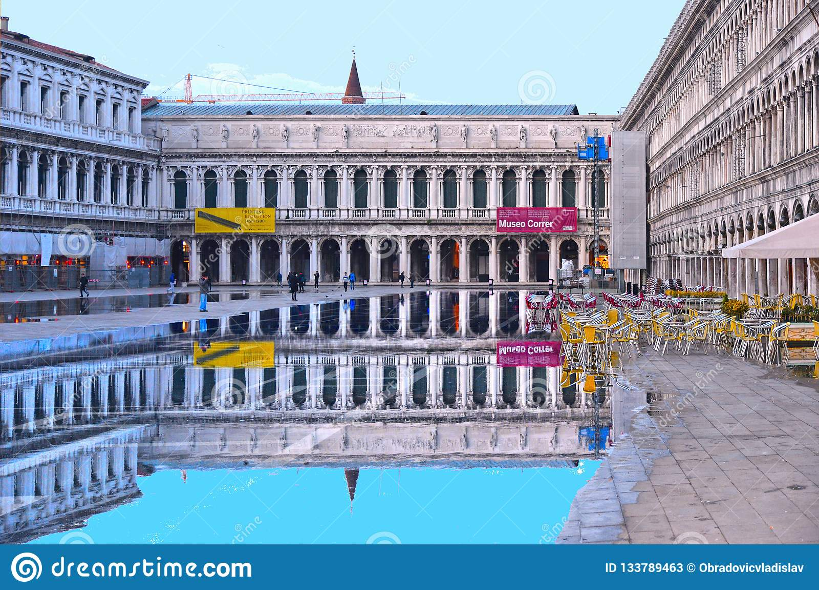 在一次洪水期间的威尼斯,意大利空的圣马克的广场与历史大厦的美好的水反射在湿f的