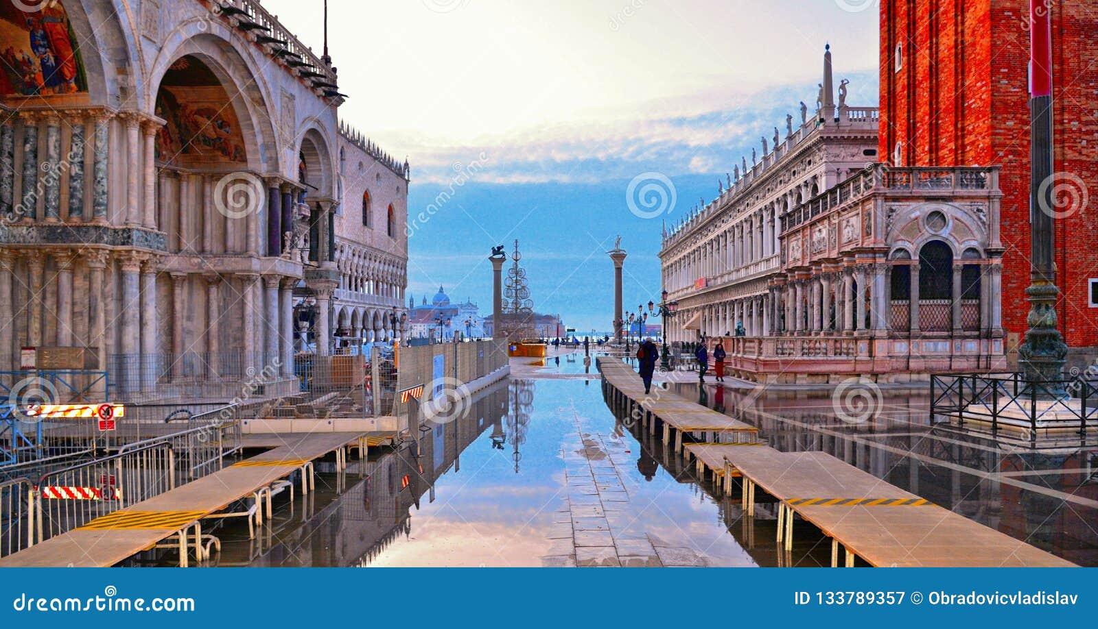 在一次洪水期间的威尼斯,意大利空的圣马克的广场与圣标记大教堂大教堂的美好的水反射