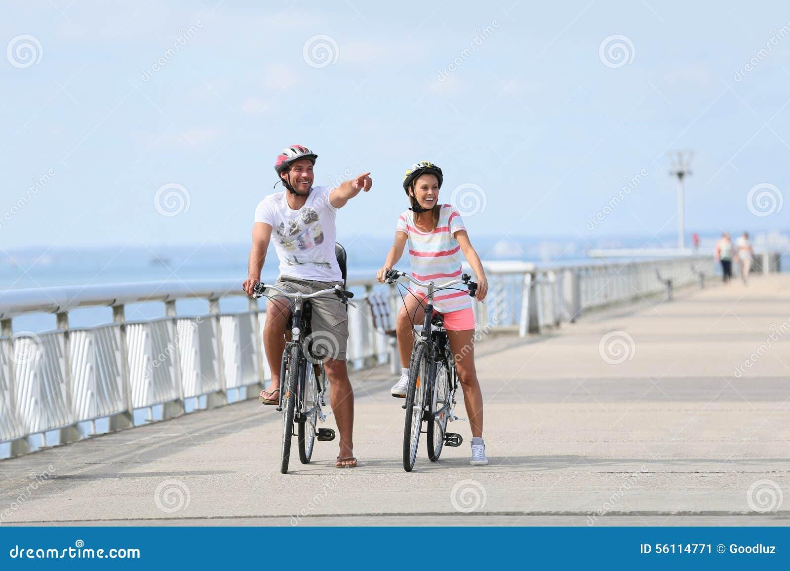 在一次骑自行车的旅途上的家庭在海边