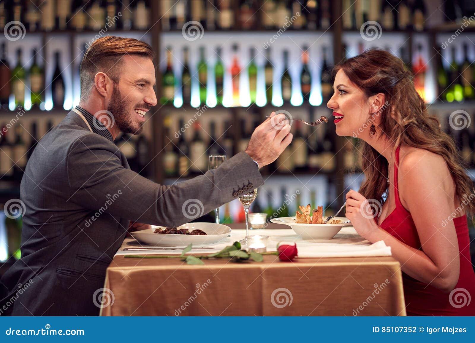 在一起晚餐的夫妇