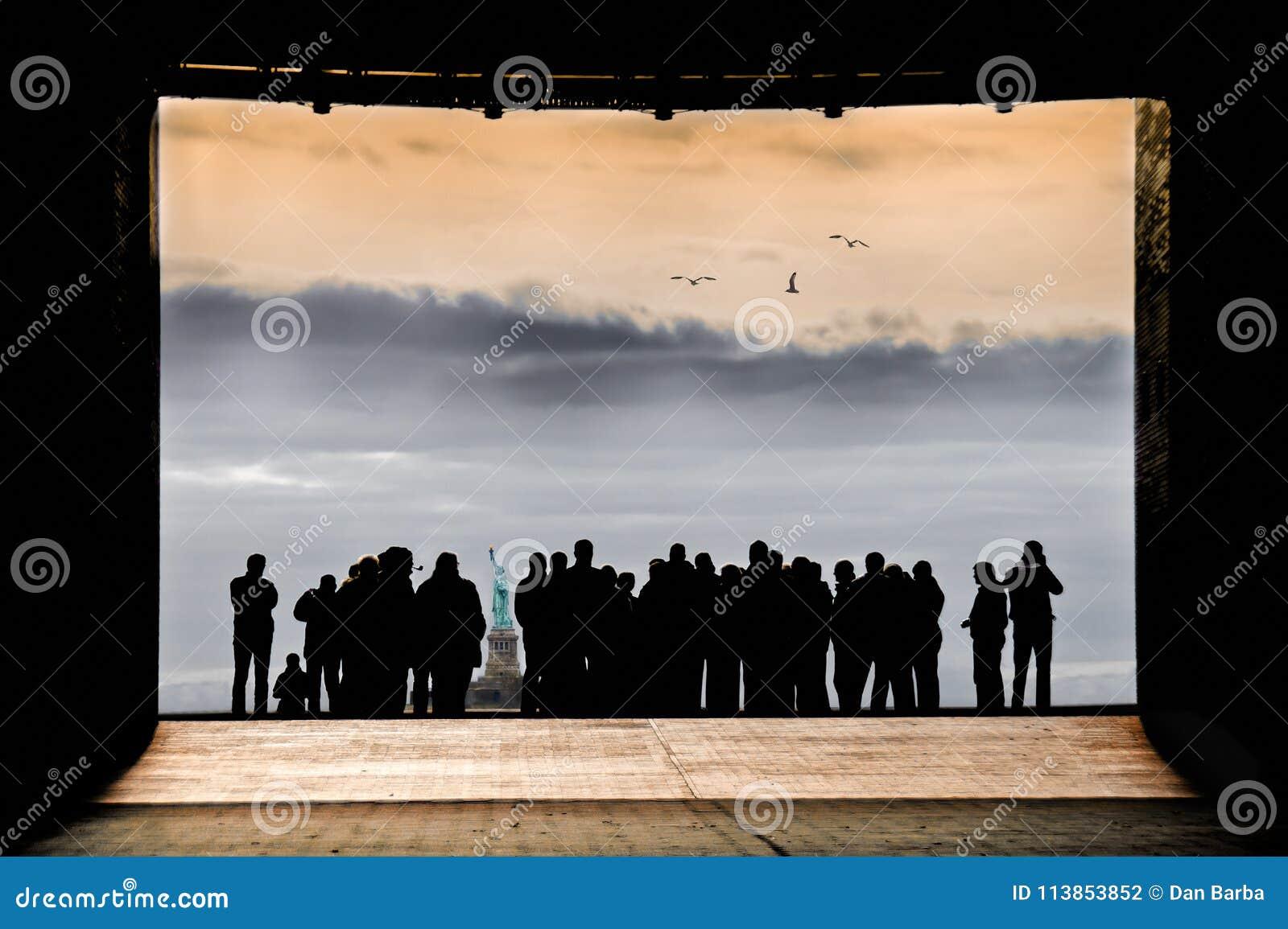 在一起看自由女神像纽约的剪影的人群