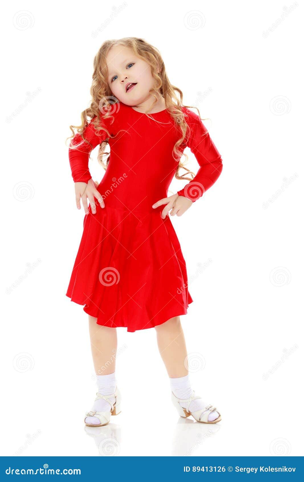 在一件明亮的红色礼服的女孩跳舞