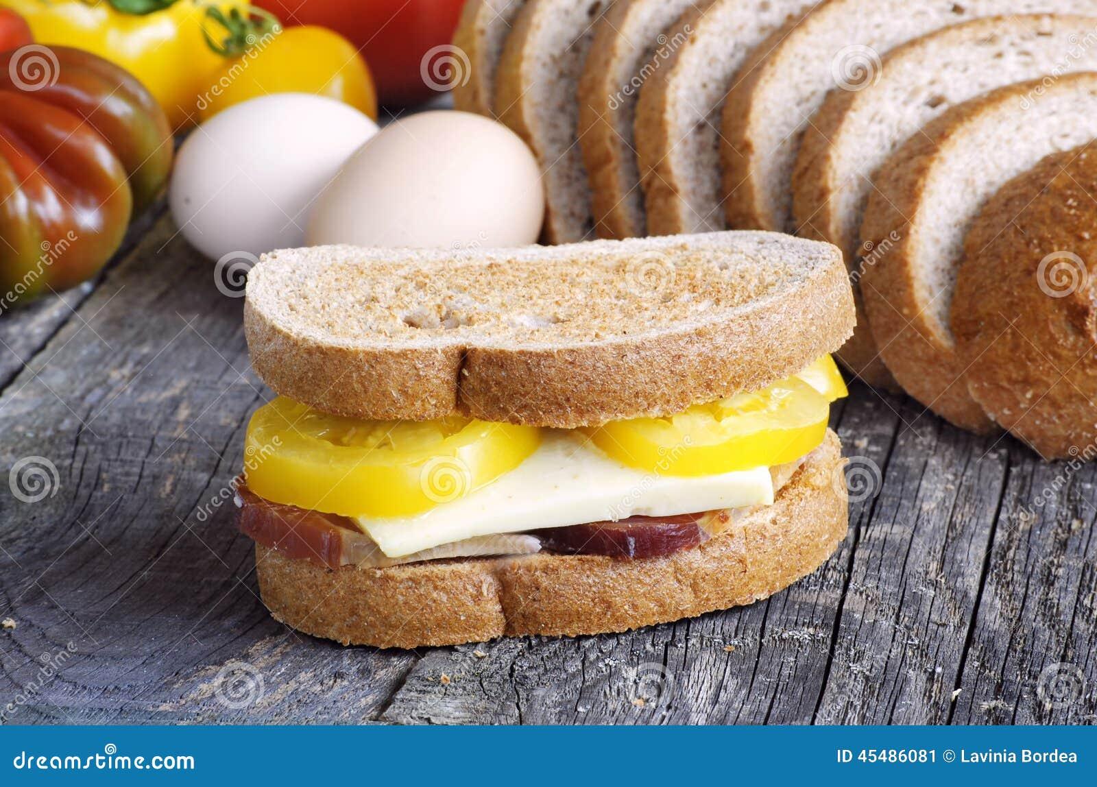 在三明治的敬酒的面包