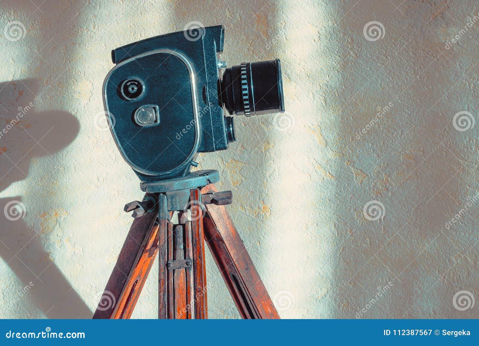 在三脚架的老电影摄影机