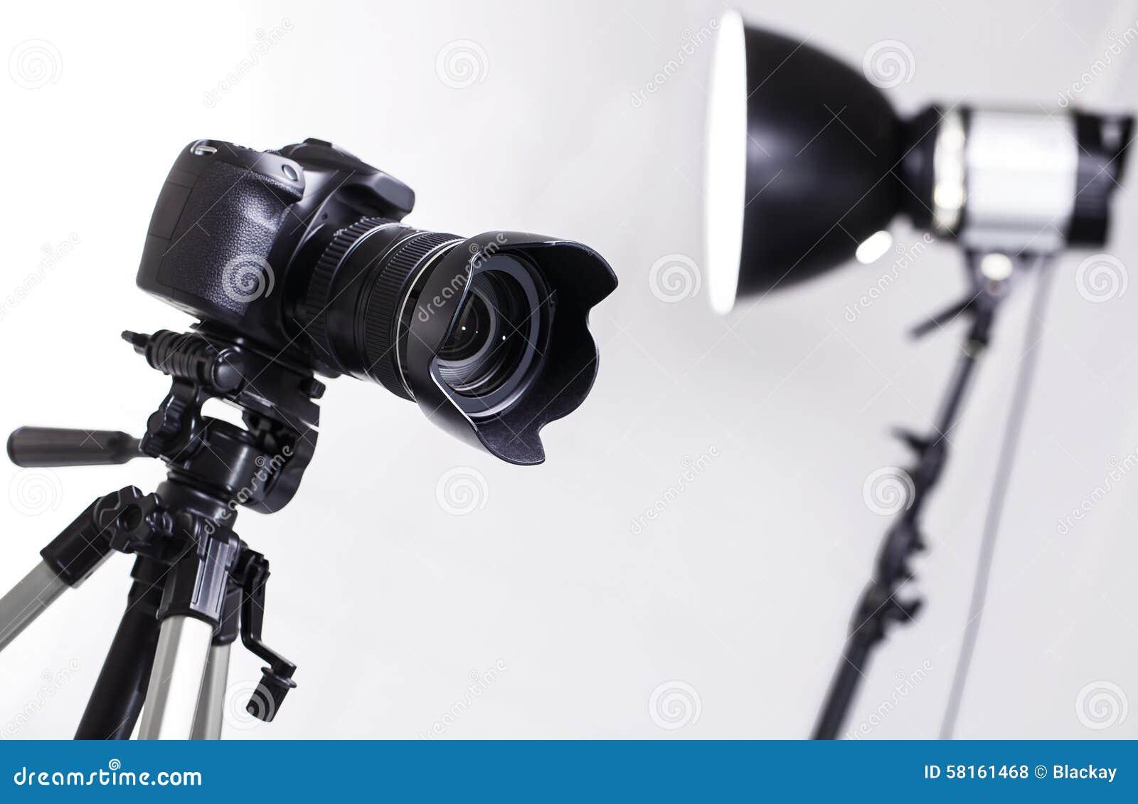 在三脚架的dslr照相机在演播室.
