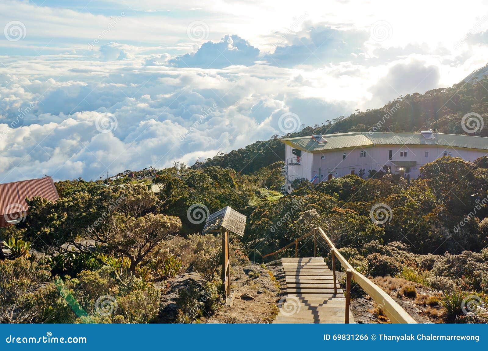 在下垂小屋在京那巴鲁山,沙巴,马来西亚之外的下坡观点在一个晴天