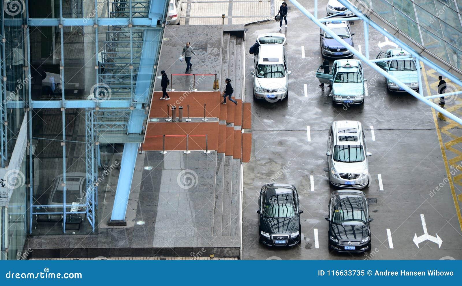 在下车点的汽车在办公楼前面