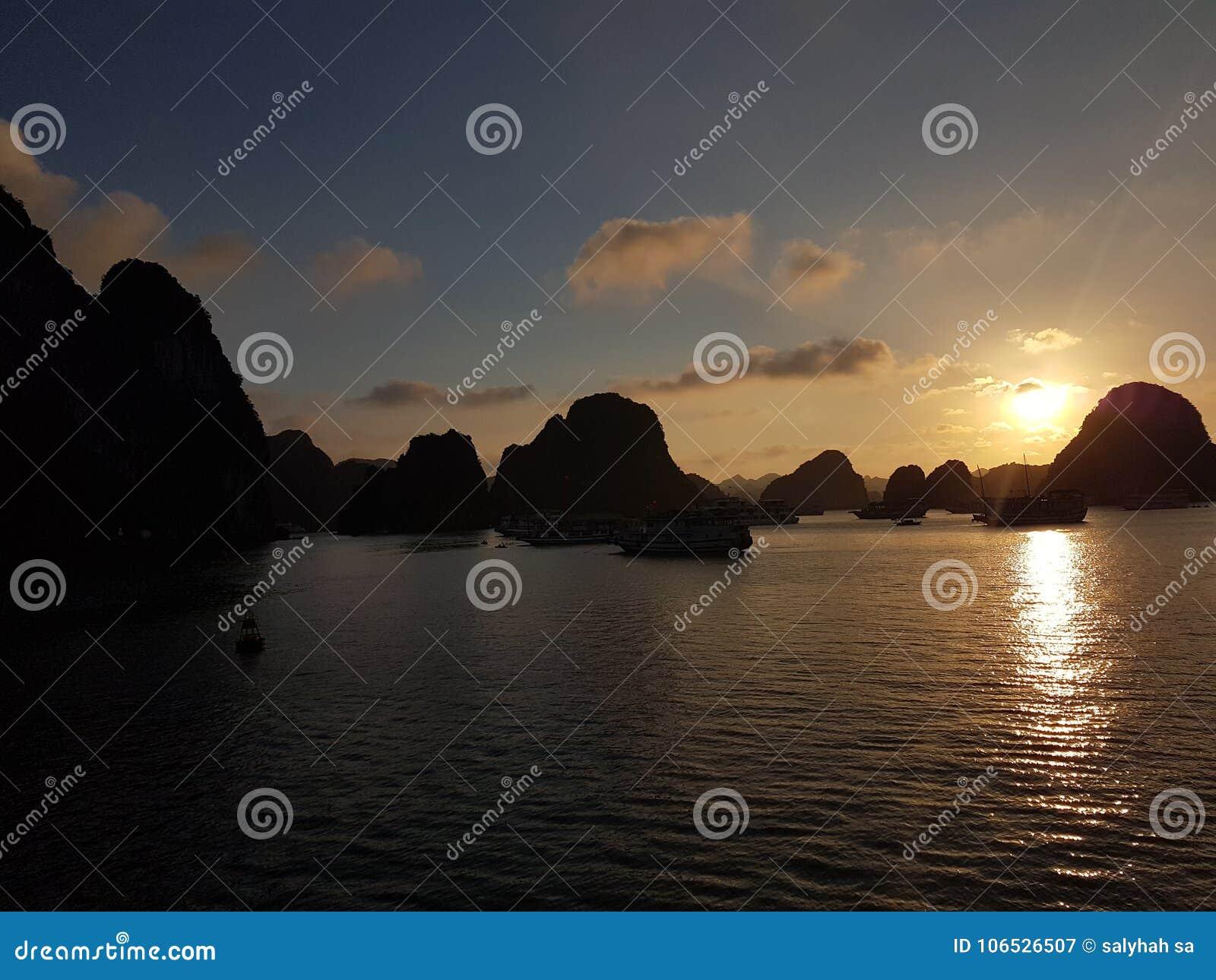 在下龙湾的日落