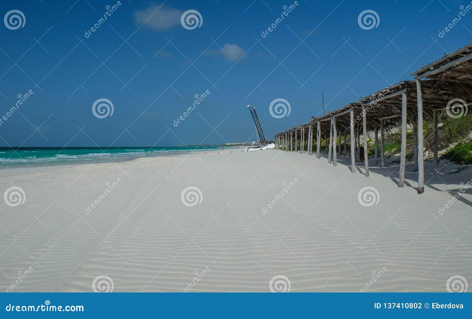 在不尽的白色沙子古巴海滩的低潮