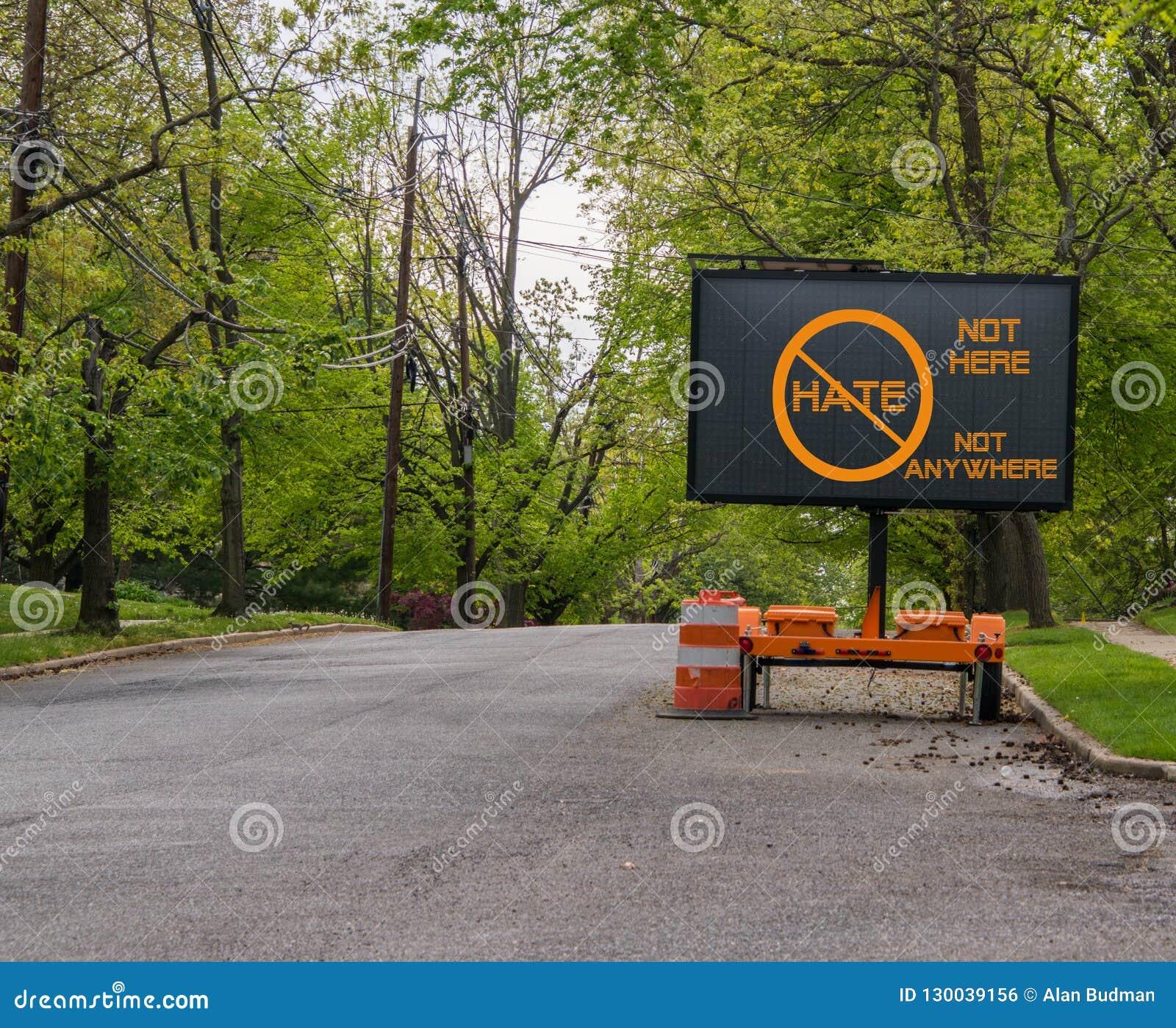 在不说怨恨,不在这儿,不任何地方的安静的邻里街道上的电交通路牌