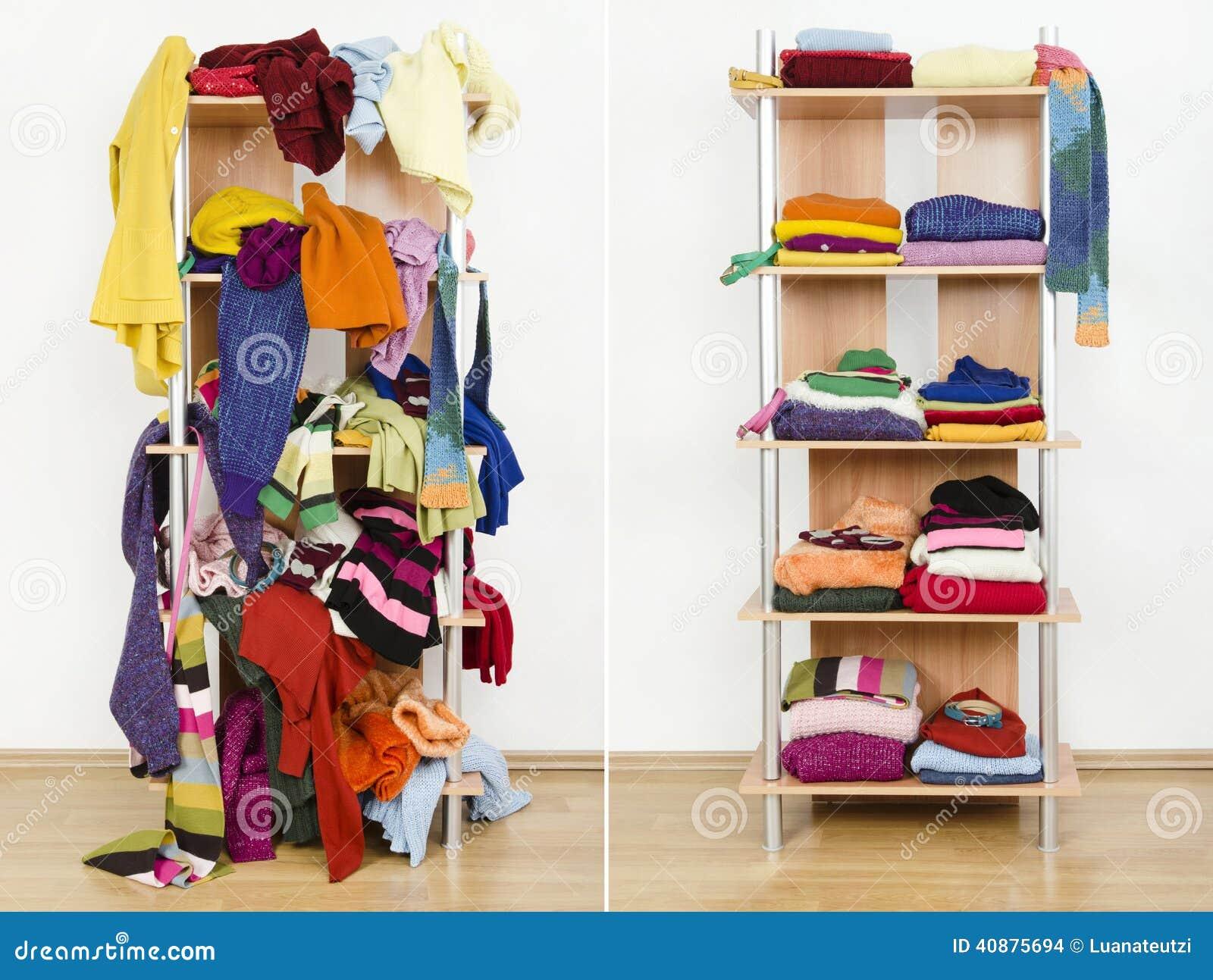 在与五颜六色的冬天衣裳和辅助部件的不整洁和在整洁的衣橱以后前