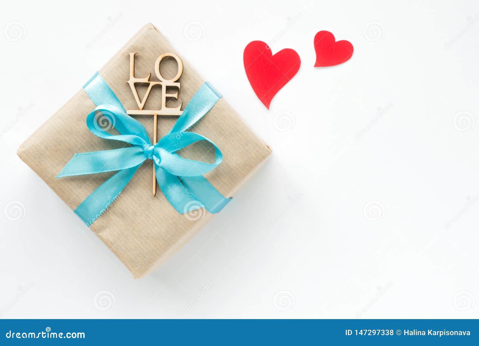 在与最高荣誉的在白色背景的包装纸和红心包裹的礼物盒 r Copyspace