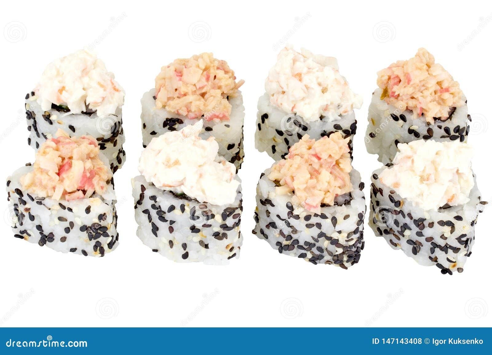 在与蟹肉关闭的白色背景费城寿司卷寿司卷被隔绝的日本料理