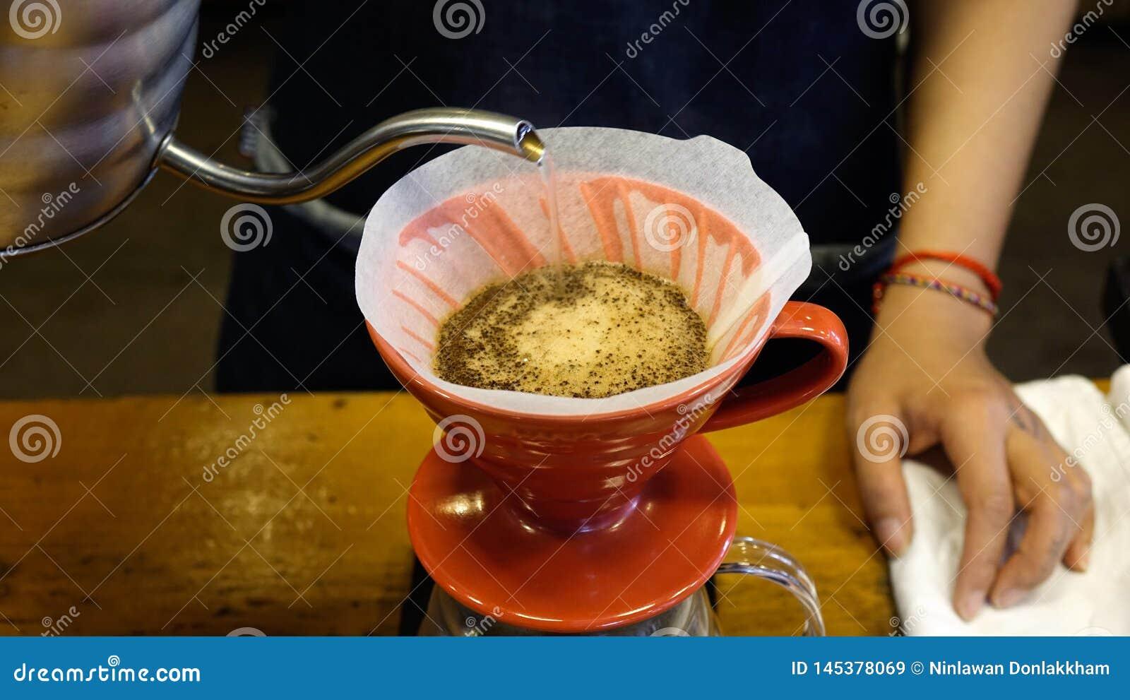 在专业咖啡馆的酿造咖啡