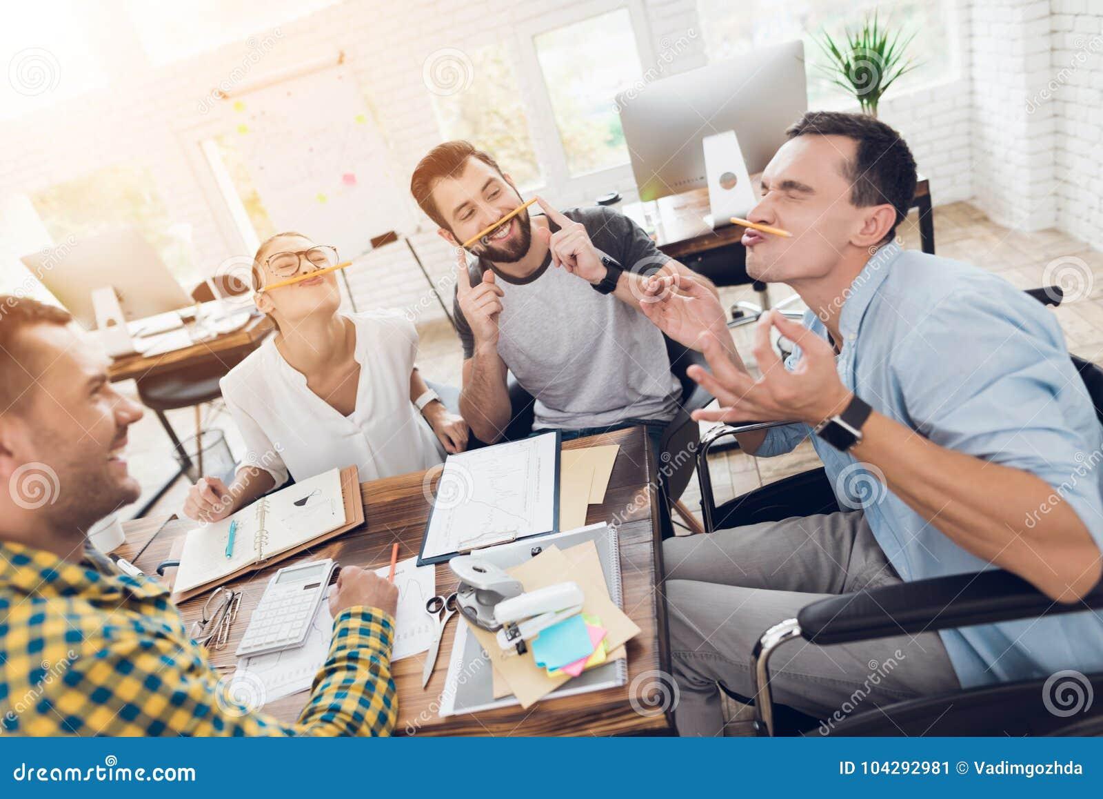 在业务会议的断裂期间,公司的雇员获得乐趣