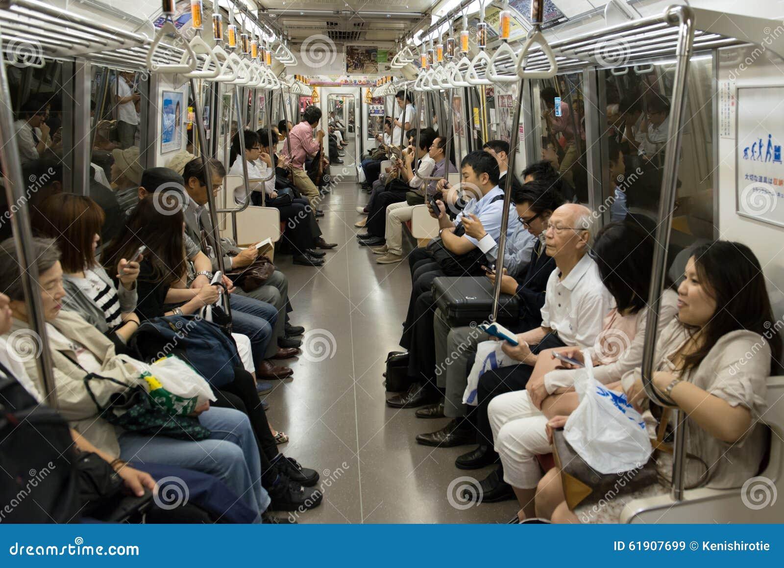 在東京地鐵的人群圖片
