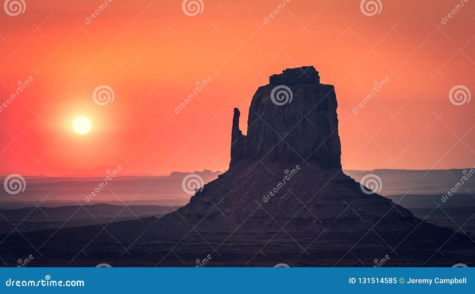 在东方手套后的日出,纪念碑谷