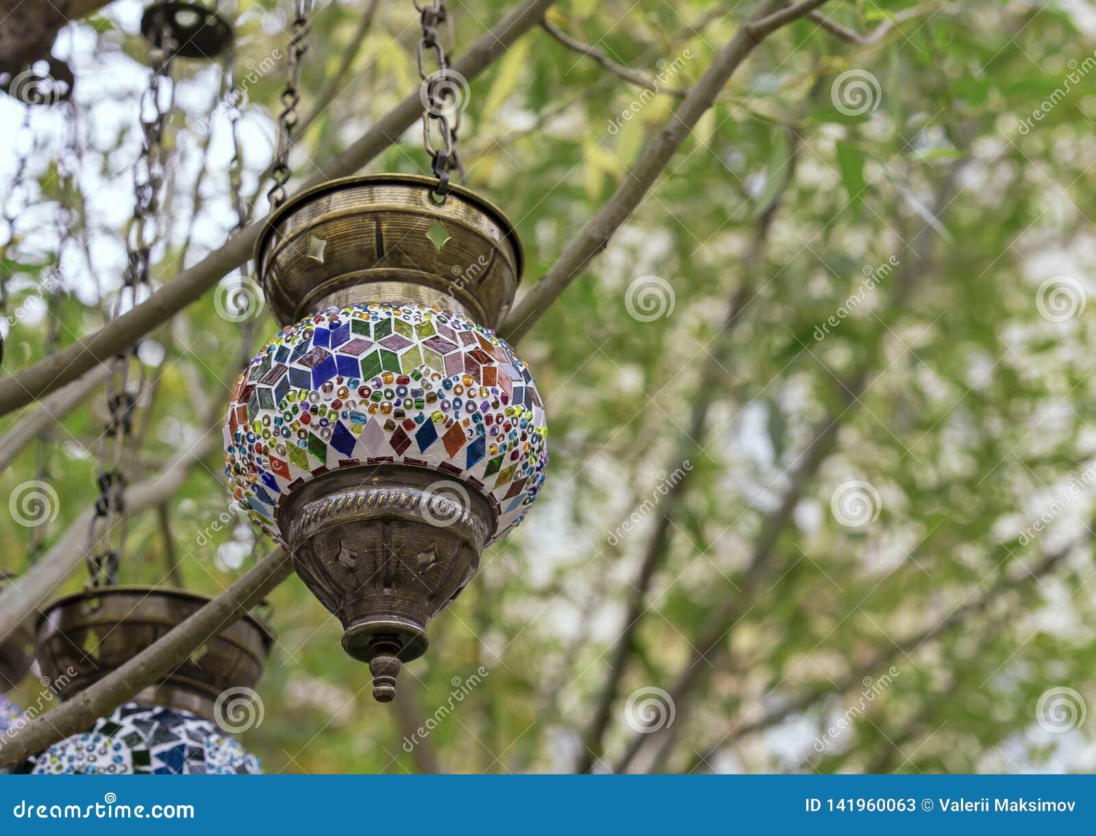 在东方样式的灯与马赛克设计