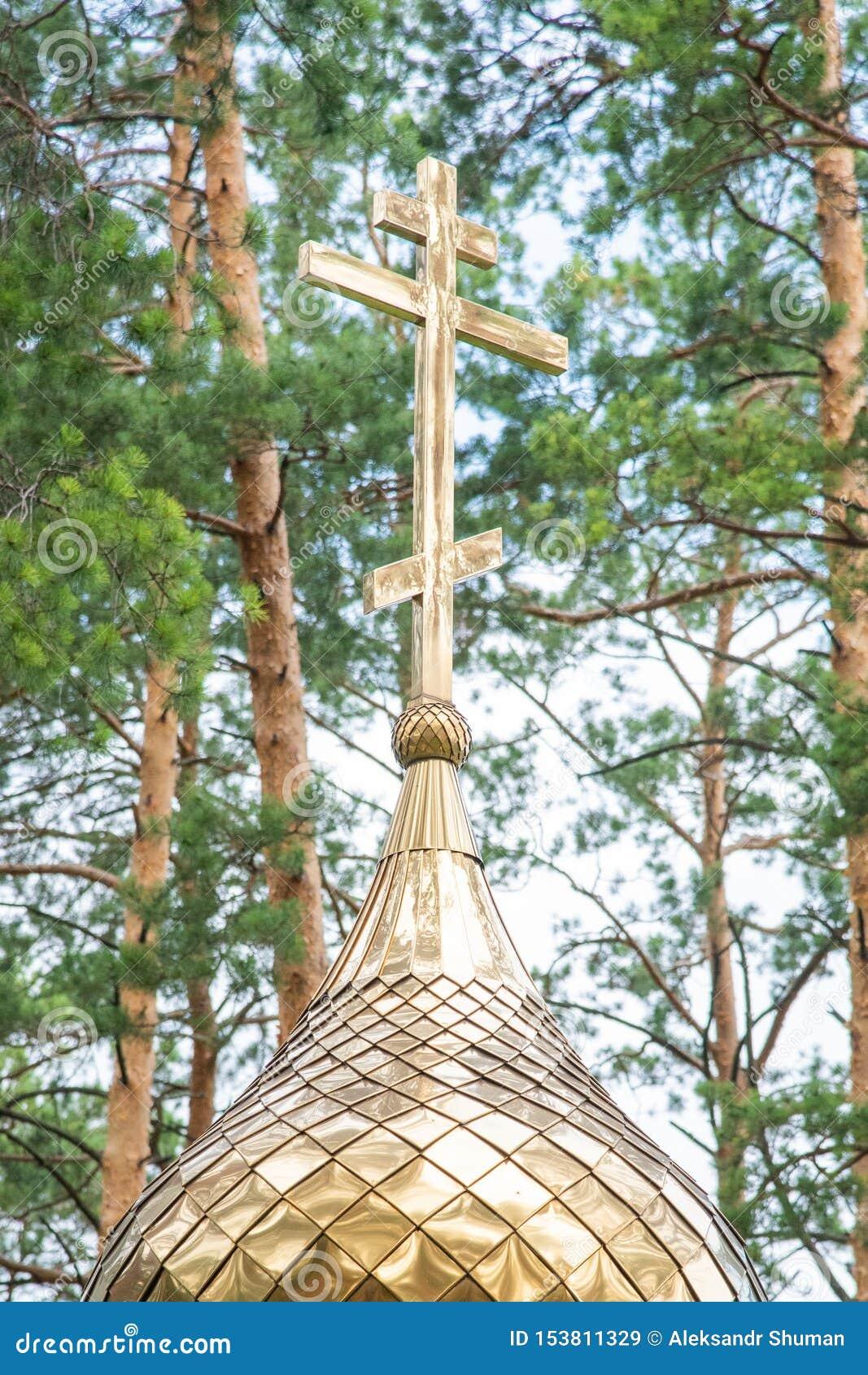 在东正教的圆顶的金黄十字架