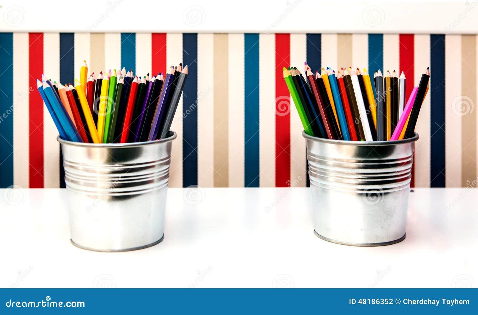 在两个桶的五颜六色的铅笔在背景