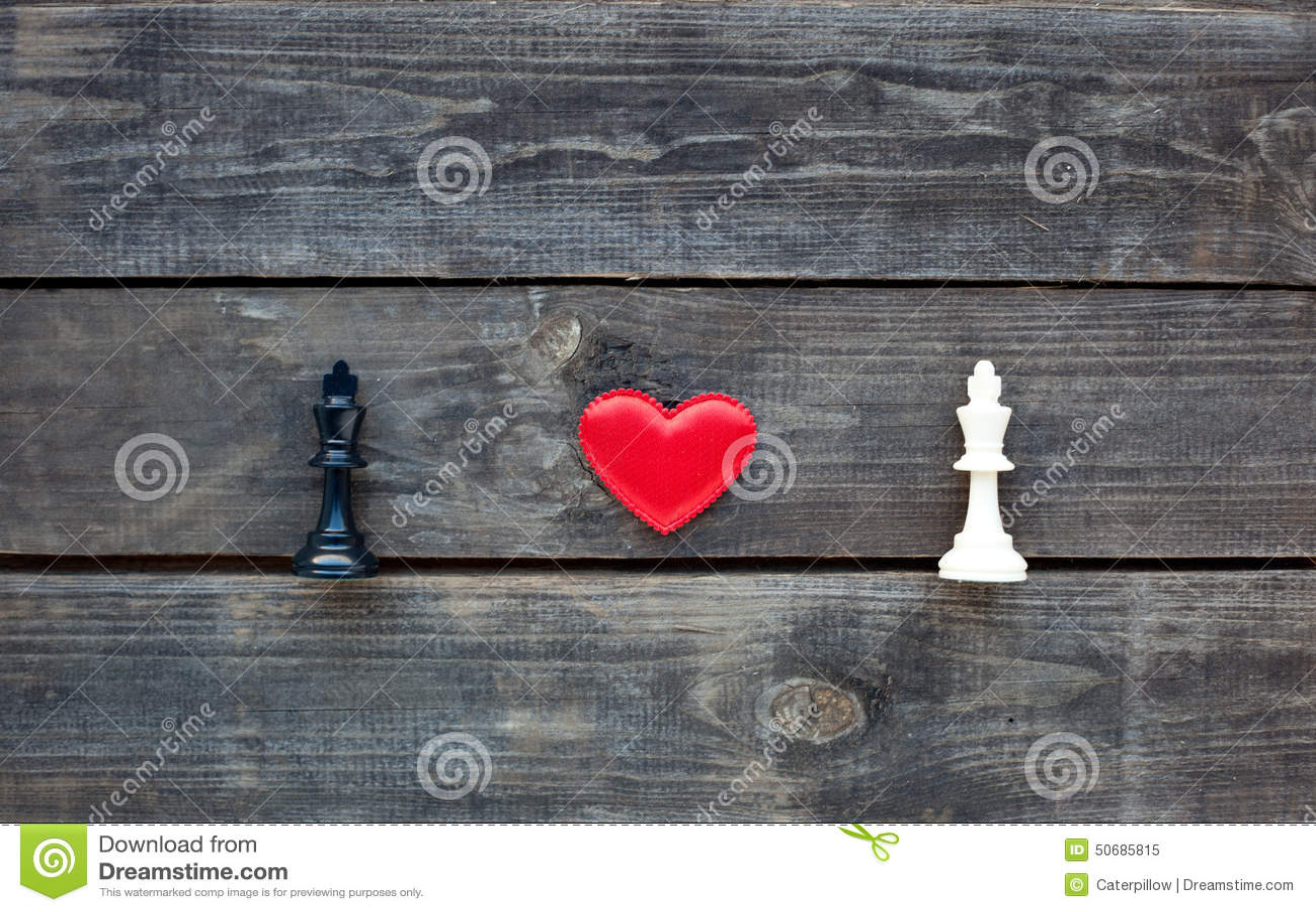 Download 在两位棋国王之间的红色心脏土气木头的 库存图片. 图片 包括有 选择, 形状, 土气, 板条, 对象, 重点 - 50685815