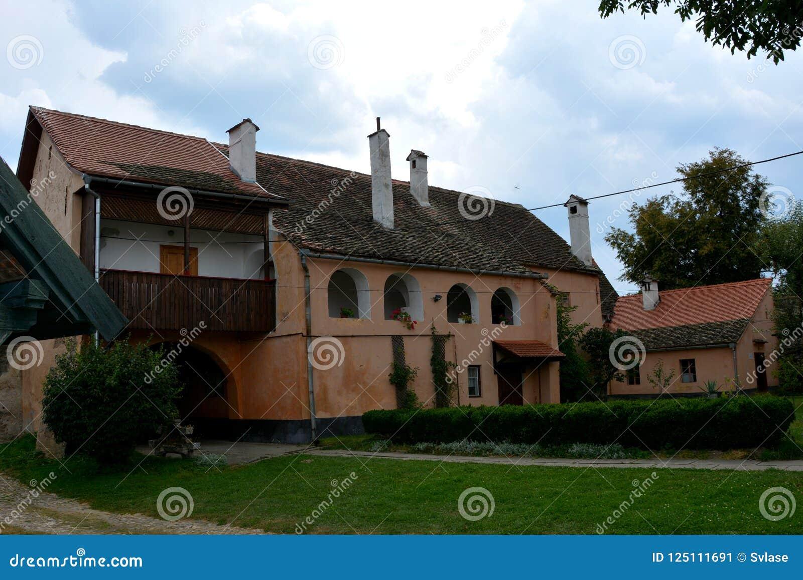 在中世纪被加强的教会里面克里斯蒂安的庭院,特兰西瓦尼亚