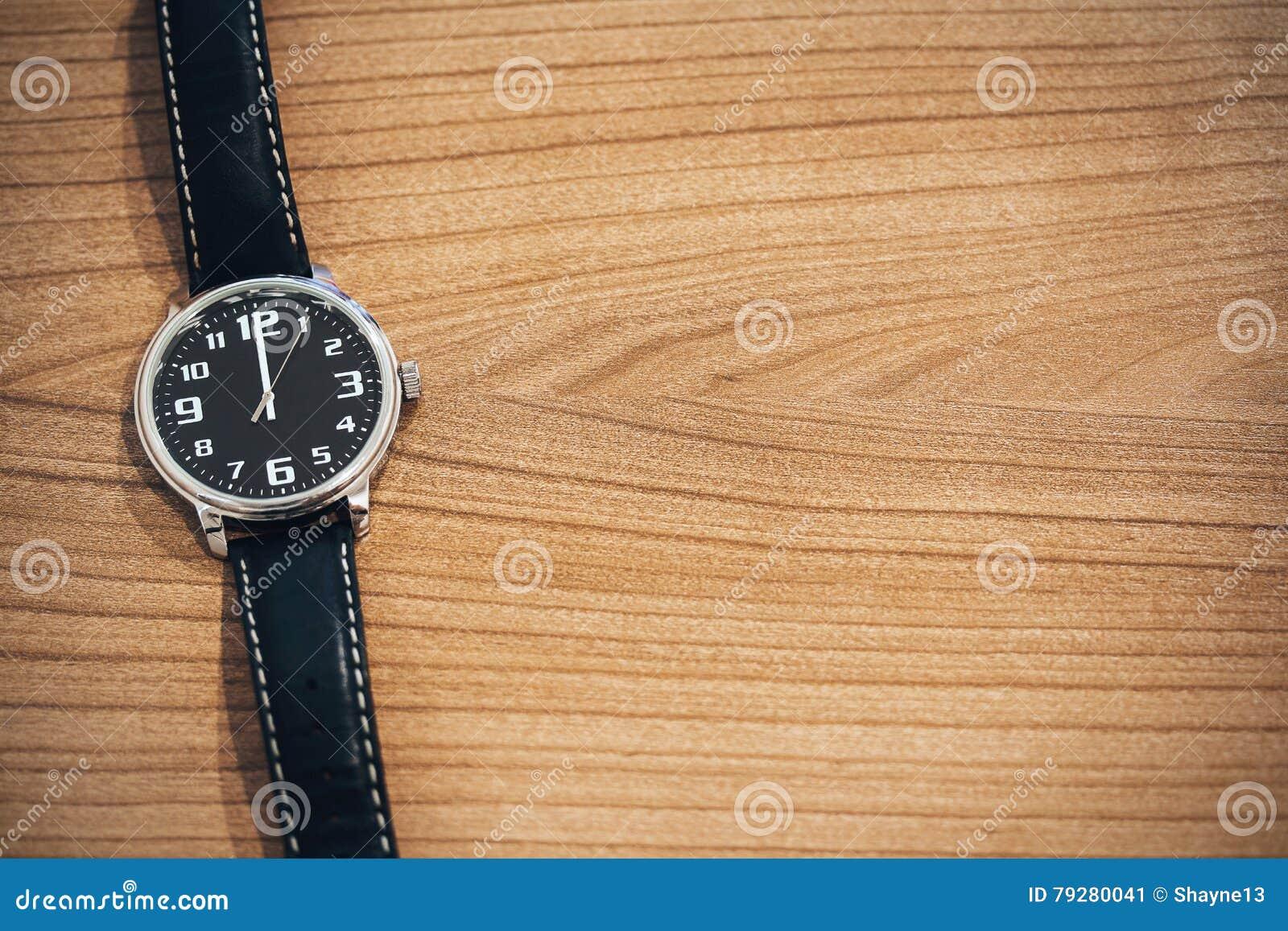 在中午时间的手表