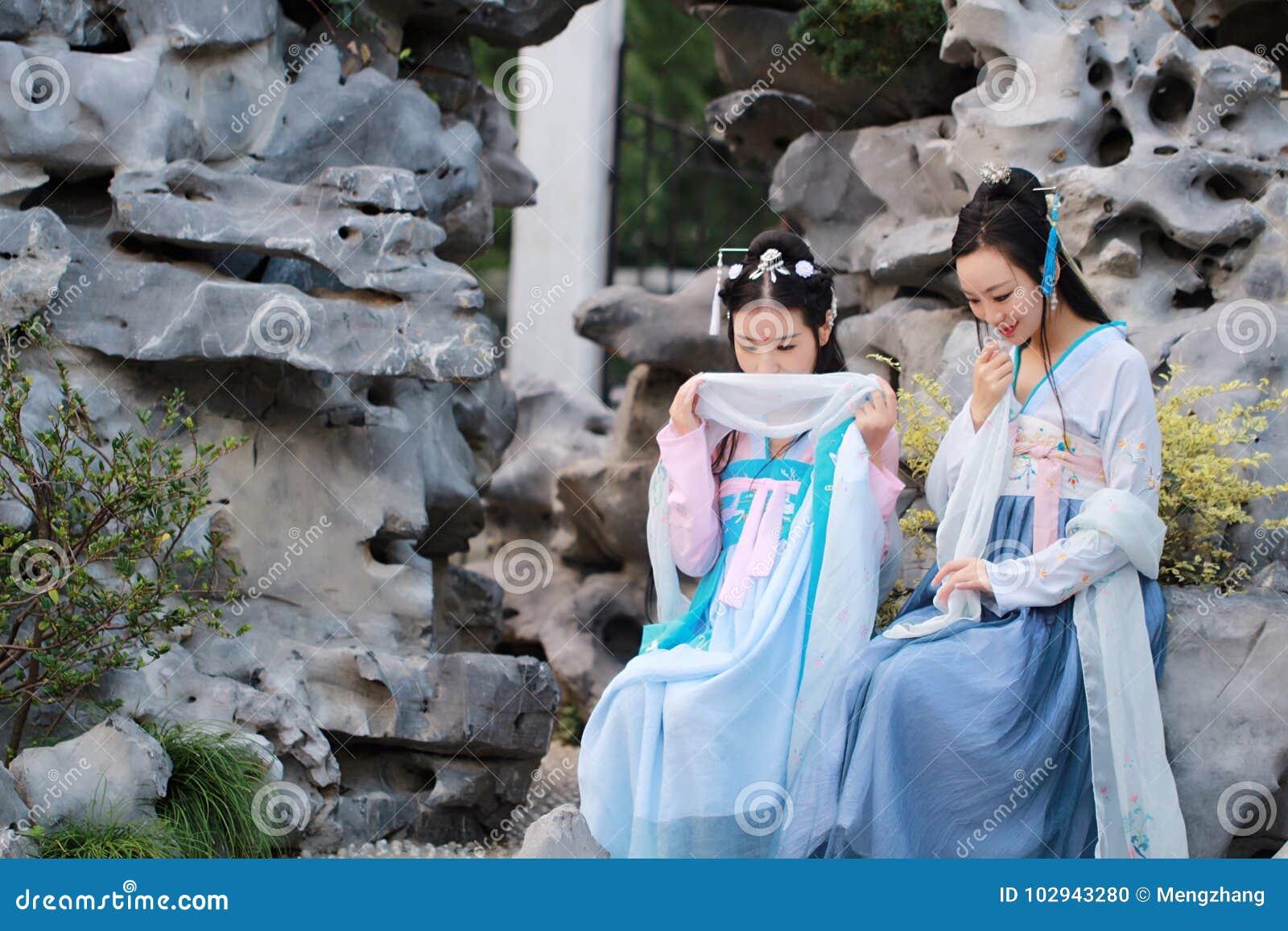 在中国传统古老服装的接近的女朋友bestie