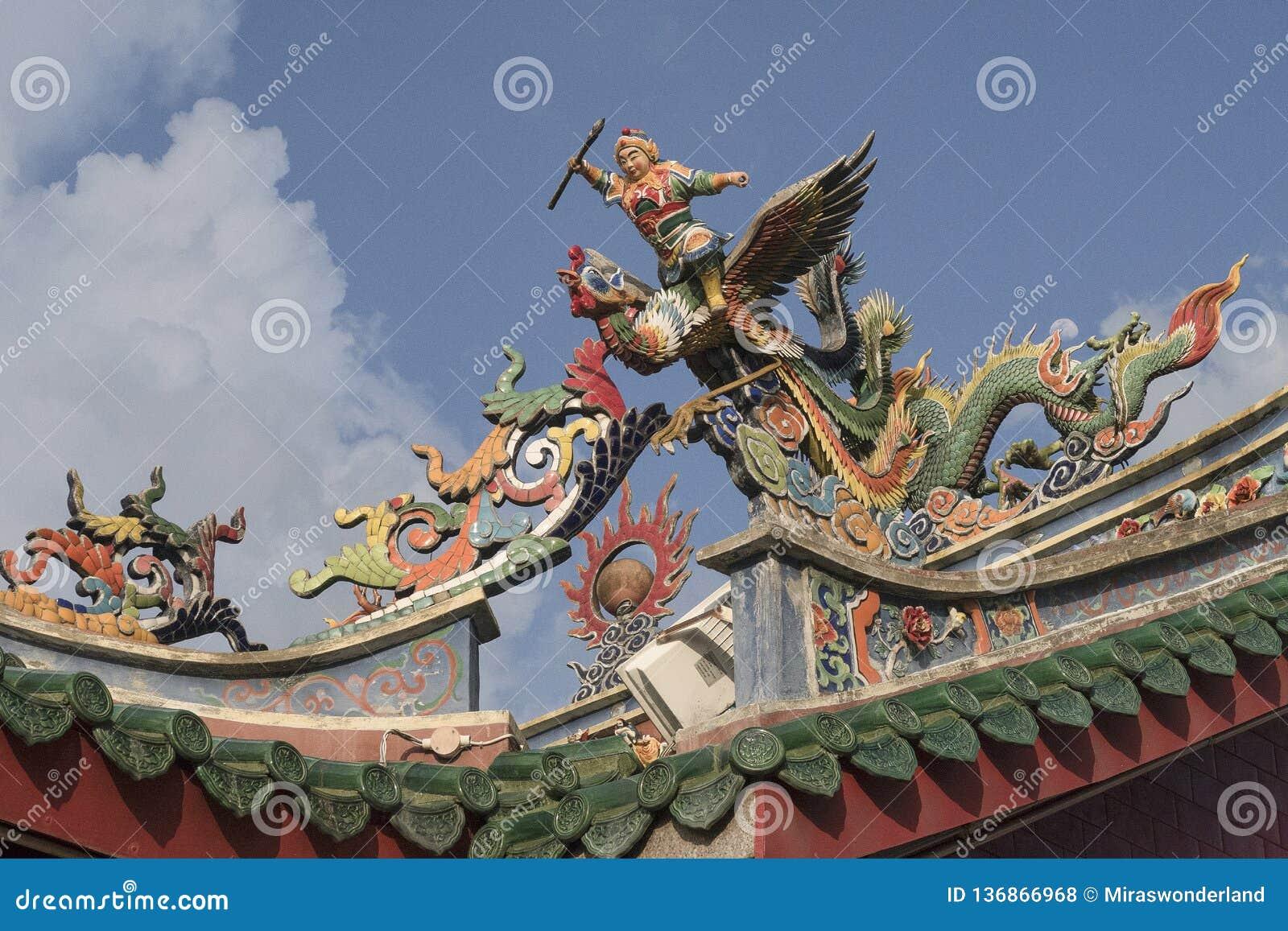 在中国寺庙的屋顶的雕象在马来西亚的古晋街道的