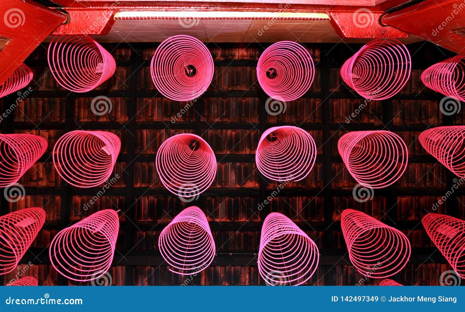 在中国寺庙的整洁地被安排的香火棍子