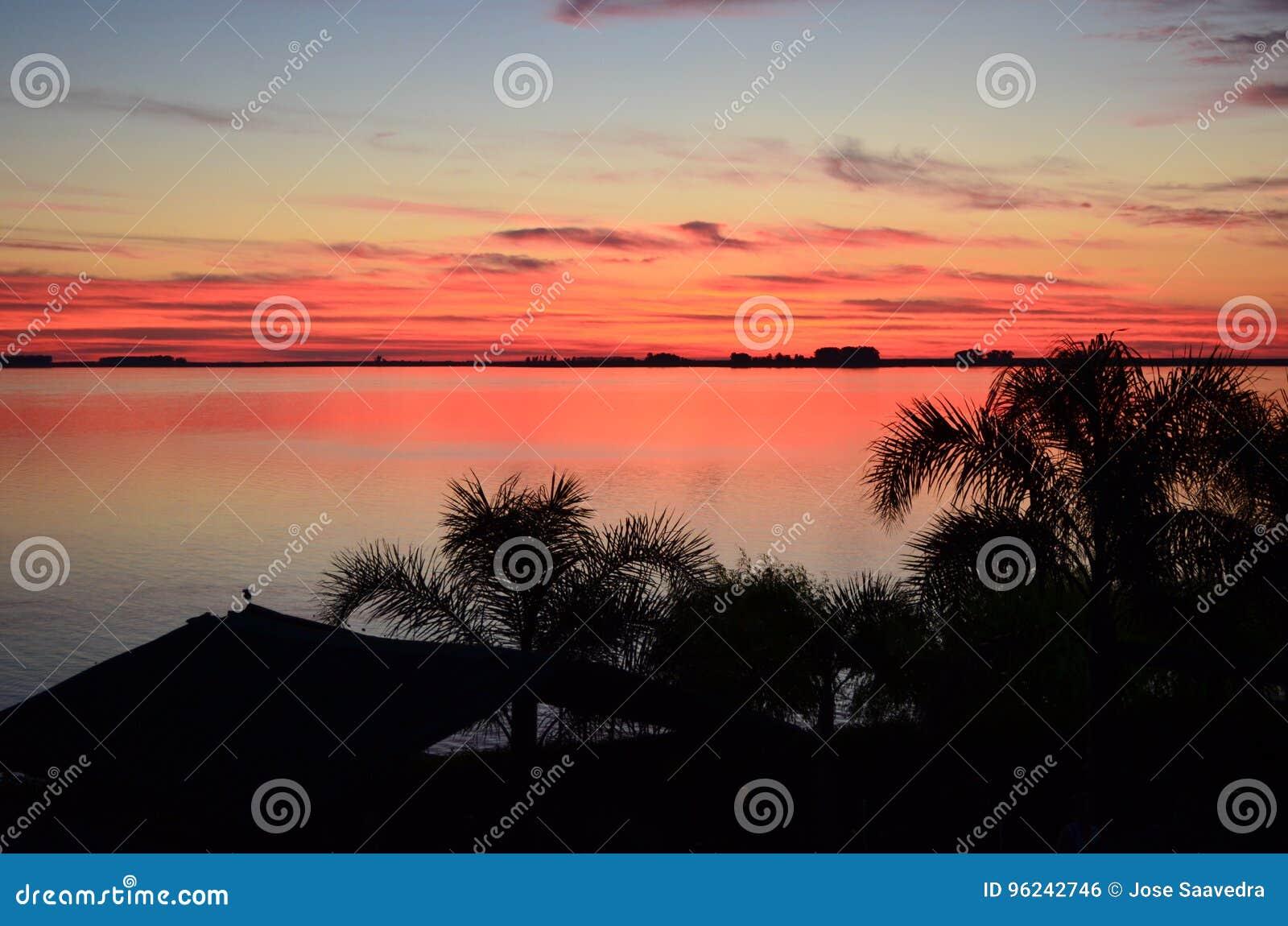 在中央佛罗里达湖的红色日落