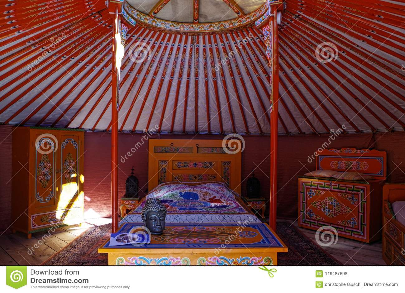 在主要yurt里面、传统游牧人住房在亚洲和蒙古的看法 色的和微小的家具