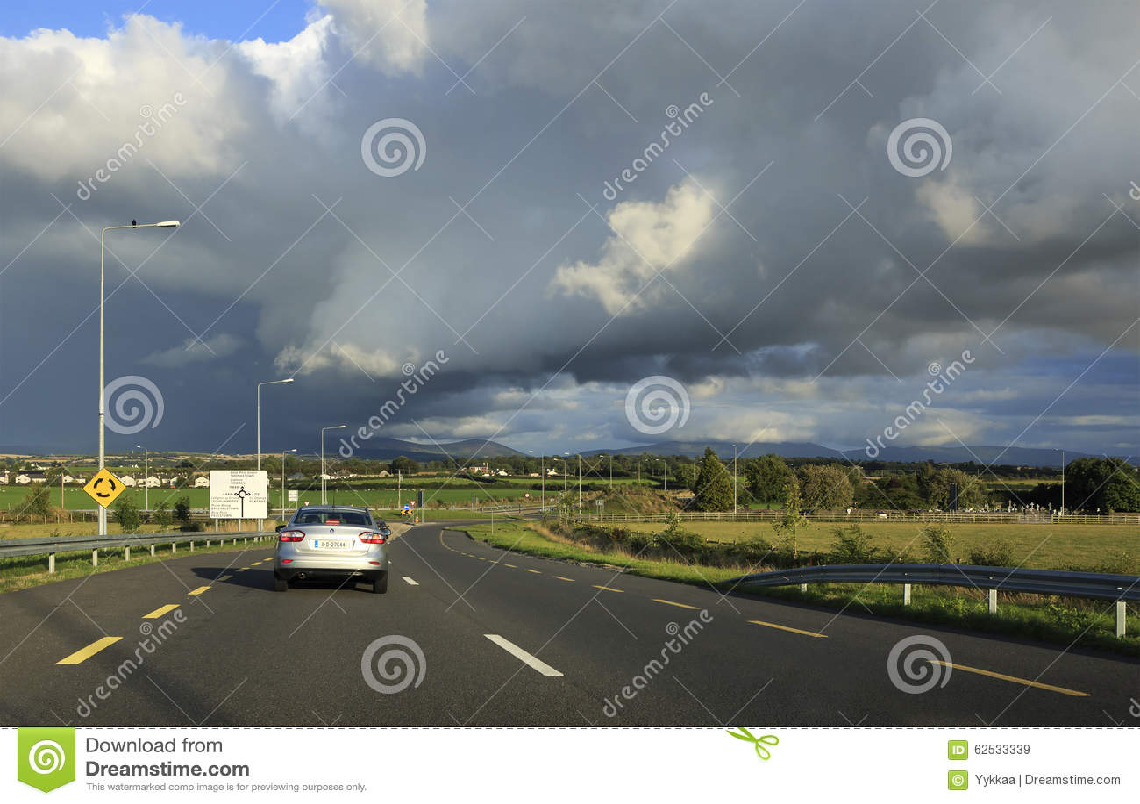 在乡下公路的美丽的暴风云