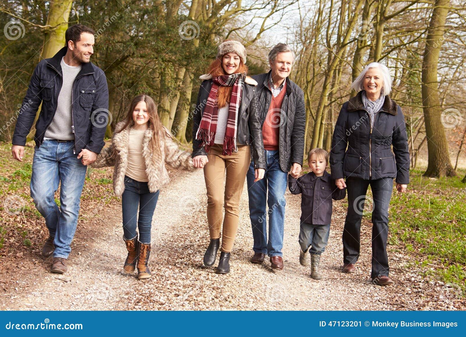在乡下步行的多一代家庭