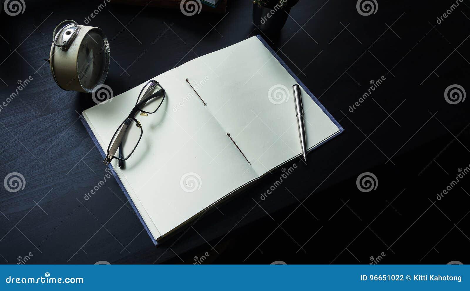 在书桌上的笔记本,在笔记本的空的空间Enter文本的