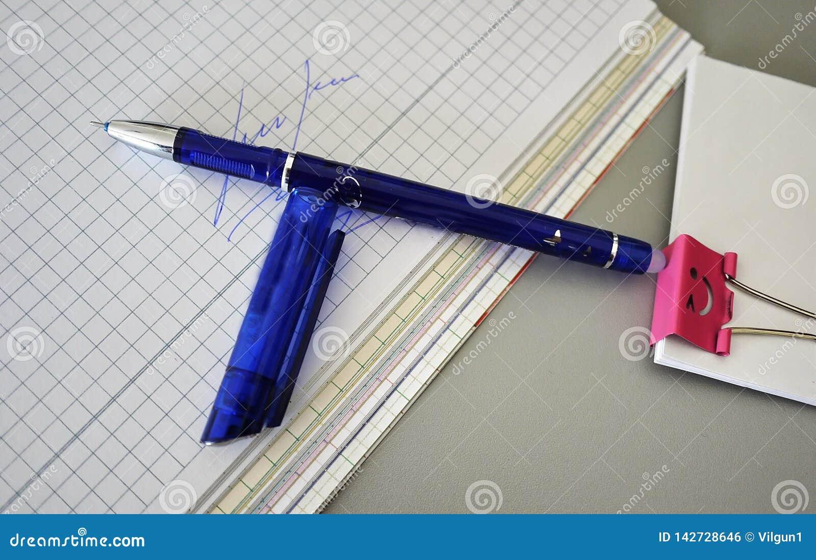 在书桌美妙地放置的多彩多姿的笔