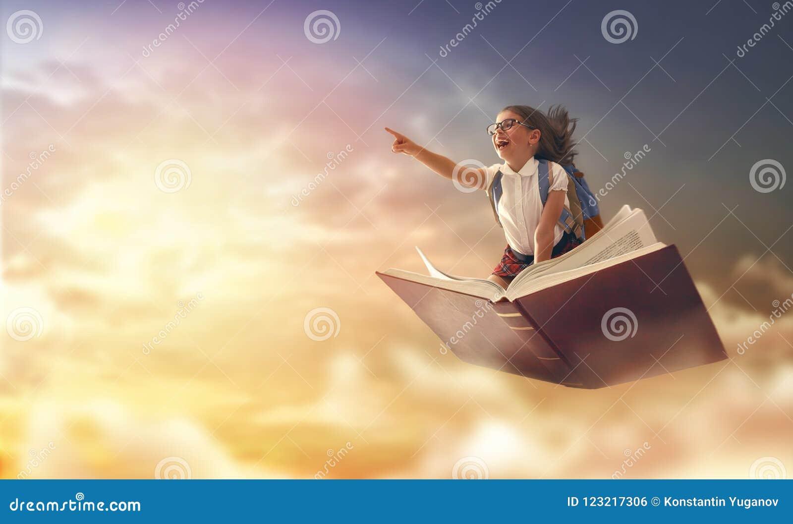 在书的儿童飞行