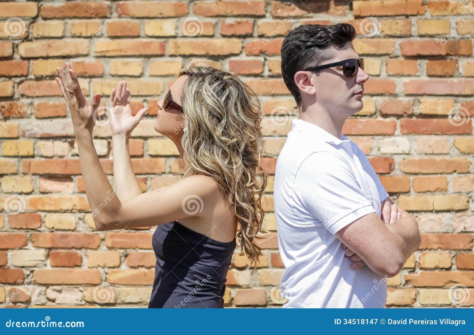 在争吵和女孩的夫妇她的手