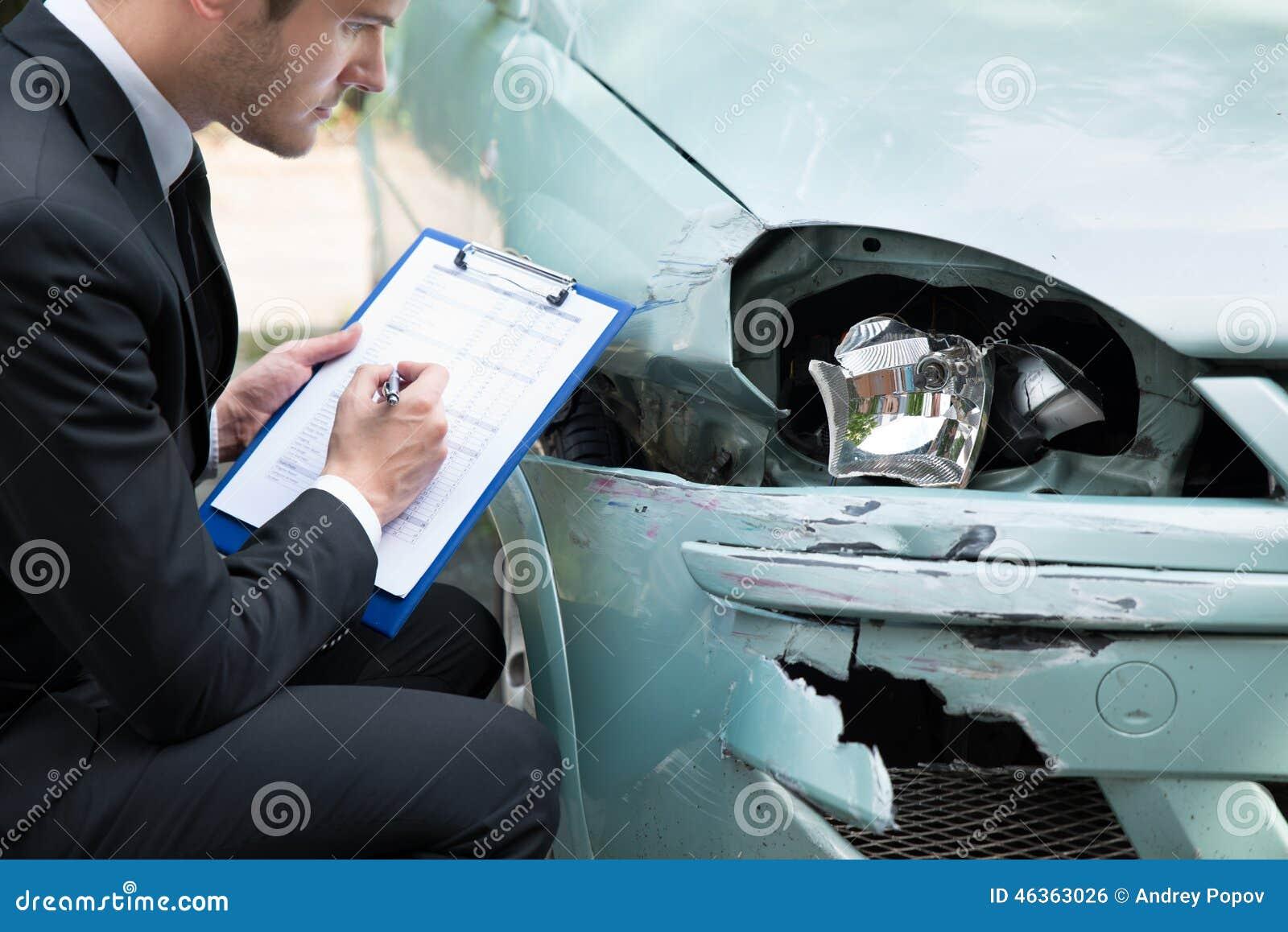 在事故以后的保险代理公司审查的汽车