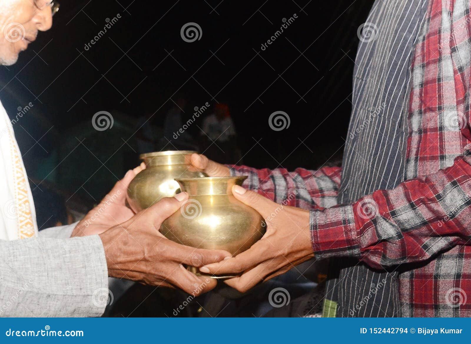 在二人的婚姻前修改他们的在印度婚礼的器物传统规则