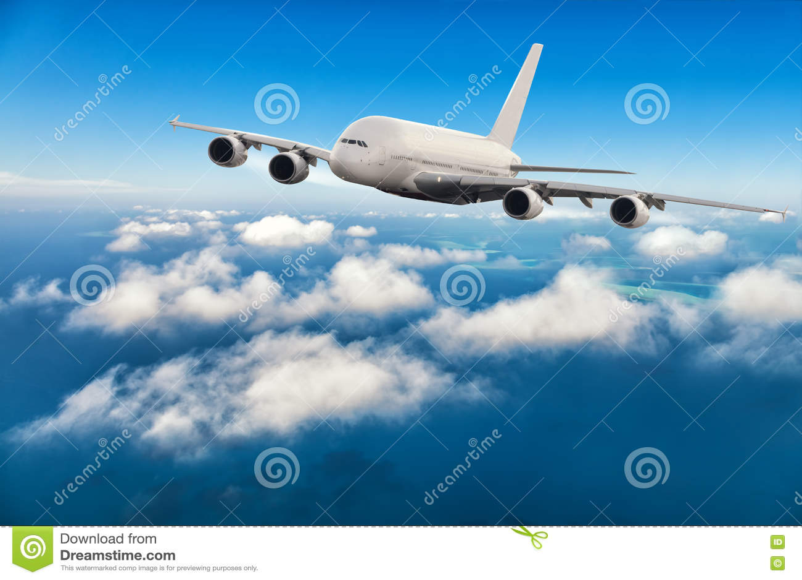 在云彩上的商业喷气机飞行