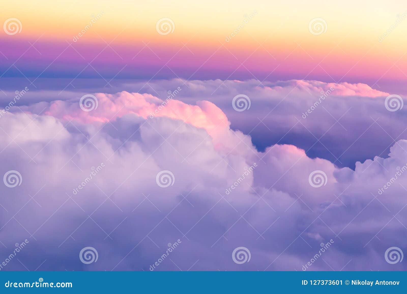在云彩上的美丽的日落天空与好的剧烈的光 在飞机飞行地产海景视窗之上