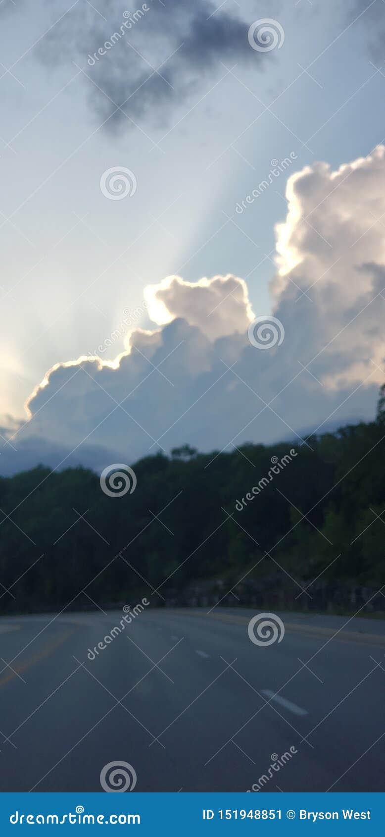 在云彩后的太阳在布兰松