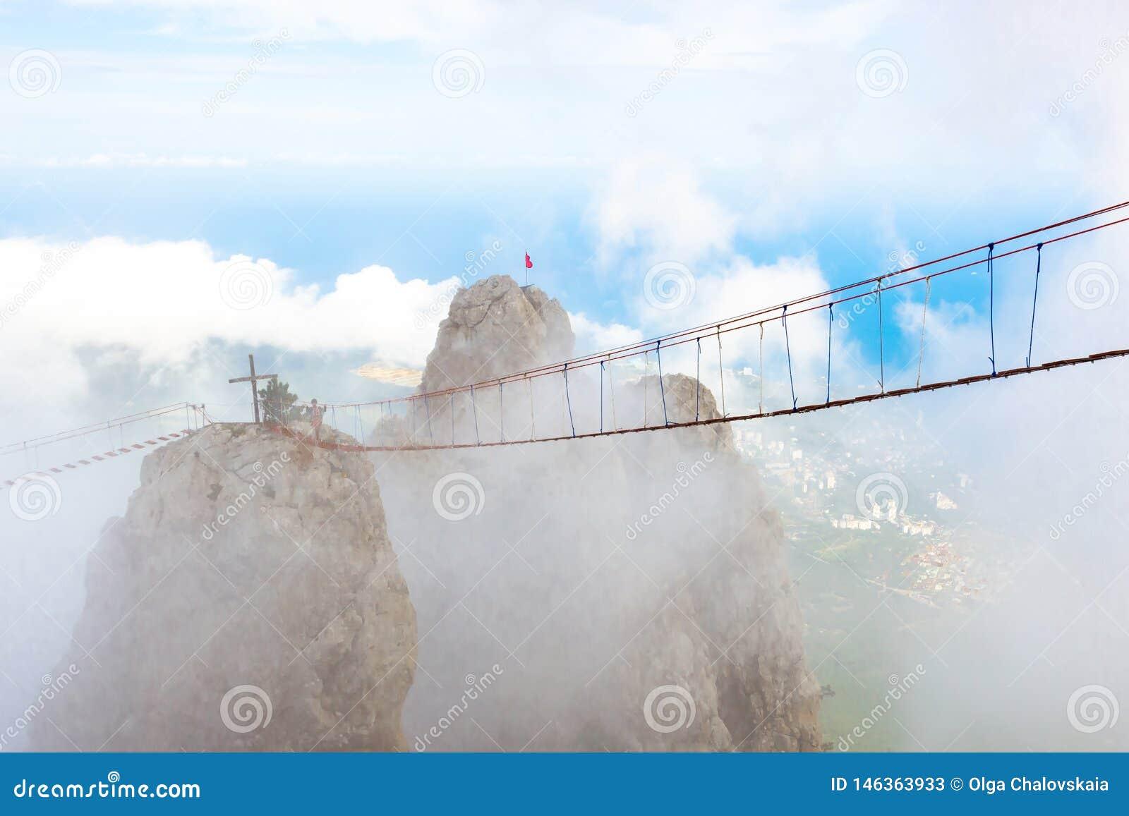 在云彩的山峰与吊桥 对天堂的楼梯