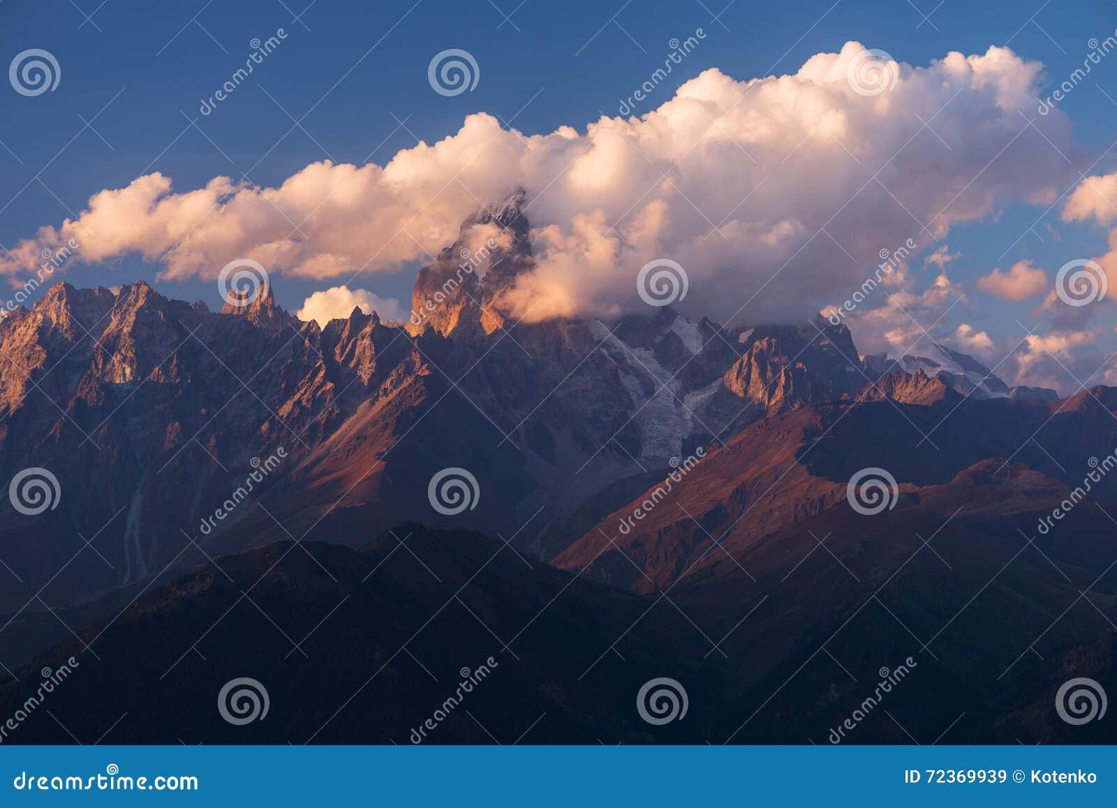 在云彩的美好的山峰