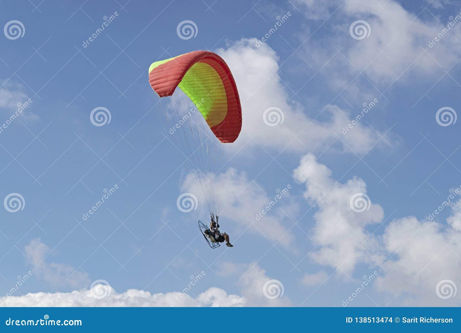 在云彩的Paramotoring在内盖夫在以色列